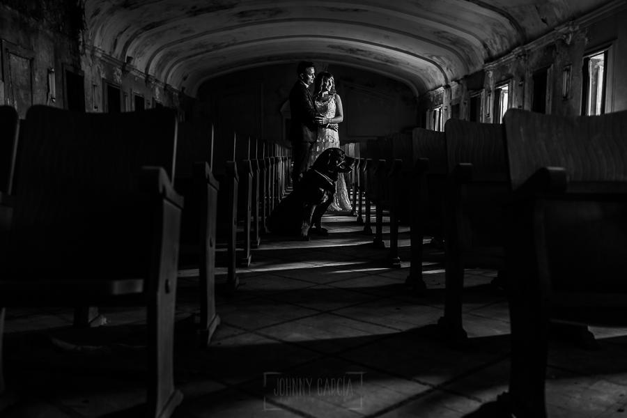 Bodas en Béjar, de Gema y Alberto realizada por el fotógrafo de bodas en Béjar, Salamanca, Johnny García, sesión de postboda en una fábrica textil de Béjar, la pareja con su perro en el teatro de la fábrica.