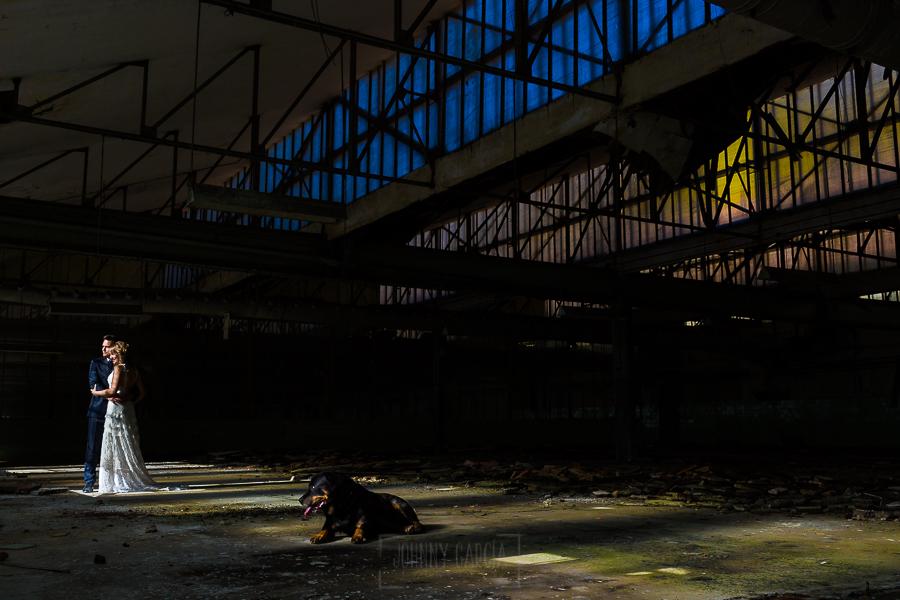 Bodas en Béjar, de Gema y Alberto realizada por el fotógrafo de bodas en Béjar, Salamanca, Johnny García, sesión de postboda en una fábrica textil de Béjar, una foto dentro de una de las naves.