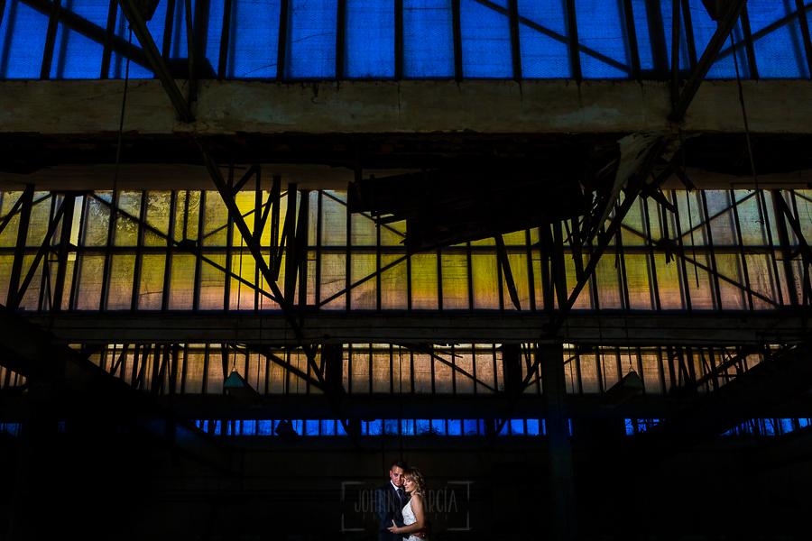 Bodas en Béjar, de Gema y Alberto realizada por el fotógrafo de bodas en Béjar, Salamanca, Johnny García, sesión de postboda en una fábrica textil de Béjar, una nave medio derruida.