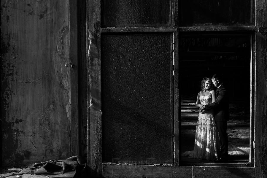 Bodas en Béjar, de Gema y Alberto realizada por el fotógrafo de bodas en Béjar, Salamanca, Johnny García, sesión de postboda en una fábrica textil de Béjar, un retrato de los novios en la sesión de postboda.