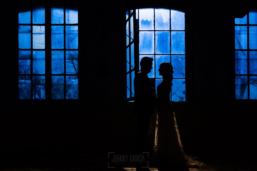 Bodas en Béjar, de Gema y Alberto realizada por el fotógrafo de bodas en Béjar, Salamanca, Johnny García, sesión de postboda en una fábrica textil de Béjar, los novios ante un ventanal.