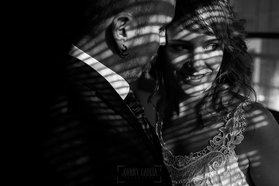 Bodas en Béjar, de Gema y Alberto realizada por el fotógrafo de bodas en Béjar, Salamanca, Johnny García, sesión de postboda en una fábrica textil de Béjar, la luz en láminas ilumina a la pareja.