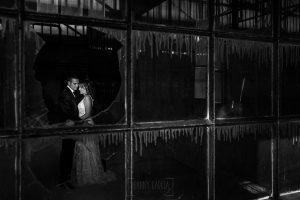 Bodas en Béjar, de Gema y Alberto realizada por el fotógrafo de bodas en Béjar, Salamanca, Johnny García, sesión de postboda en una fábrica textil de Béjar, los novios en la fábrica textil.