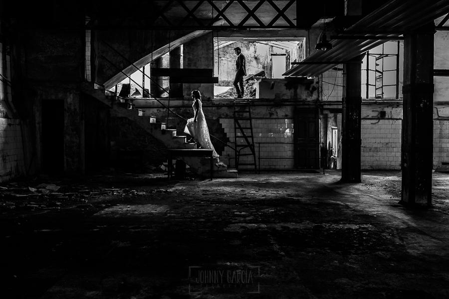 Bodas en Béjar, de Gema y Alberto realizada por el fotógrafo de bodas en Béjar, Salamanca, Johnny García, sesión de postboda en una fábrica textil de Béjar, los novios en una de las naves desmontada.
