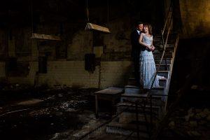 Bodas en Béjar, de Gema y Alberto realizada por el fotógrafo de bodas en Béjar, Salamanca, Johnny García, sesión de postboda en una fábrica textil de Béjar, la pareja en unas escaleras.