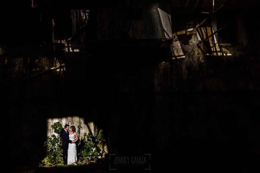 Bodas en Béjar, de Gema y Alberto realizada por el fotógrafo de bodas en Béjar, Salamanca, Johnny García, sesión de postboda en una fábrica textil de Béjar, Gama y Alberto en un patio de la Fábrica.