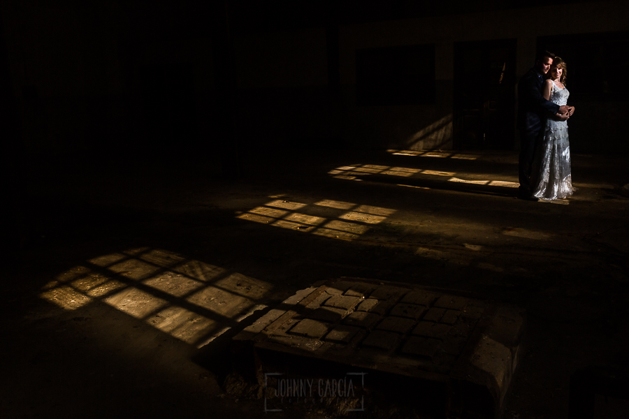 Bodas en Béjar, de Gema y Alberto realizada por el fotógrafo de bodas en Béjar, Salamanca, Johnny García, sesión de postboda en una fábrica textil de Béjar, la pareja iluminados por unas ventanas muy cálidas