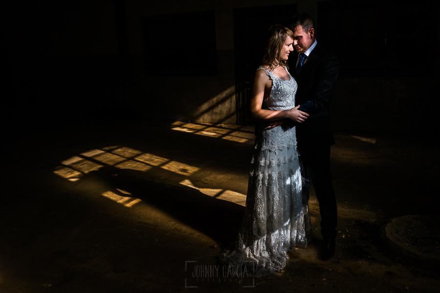Bodas en Béjar, de Gema y Alberto realizada por el fotógrafo de bodas en Béjar, Salamanca, Johnny García, sesión de postboda en una fábrica textil de Béjar, un retrato cálido de la pareja.