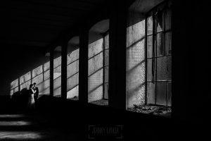 Bodas en Béjar, de Gema y Alberto realizada por el fotógrafo de bodas en Béjar, Salamanca, Johnny García, sesión de postboda en una fábrica textil de Béjar, uno de los ventanales amplios de la fábrica textil.
