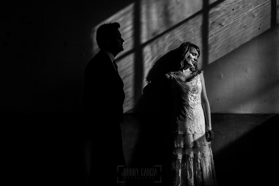 Bodas en Béjar, de Gema y Alberto realizada por el fotógrafo de bodas en Béjar, Salamanca, Johnny García, sesión de postboda en una fábrica textil de Béjar, retrato de Gema y el contraluz de Alberto.