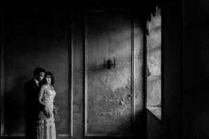 Bodas en Béjar, de Gema y Alberto realizada por el fotógrafo de bodas en Béjar, Salamanca, Johnny García, sesión de postboda en una fábrica textil de Béjar, uno de los retratos de los novios en la postboda.