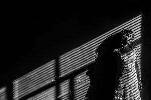Bodas en Béjar, de Gema y Alberto realizada por el fotógrafo de bodas en Béjar, Salamanca, Johnny García, sesión de postboda en una fábrica textil de Béjar, retrato de Gema en la postboda.