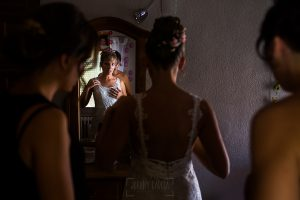 Bodas en Béjar, de Gema y Alberto realizada por el fotógrafo de bodas en Béjar, Salamanca, Johnny García, Gema vistiéndose con sus hermanas.