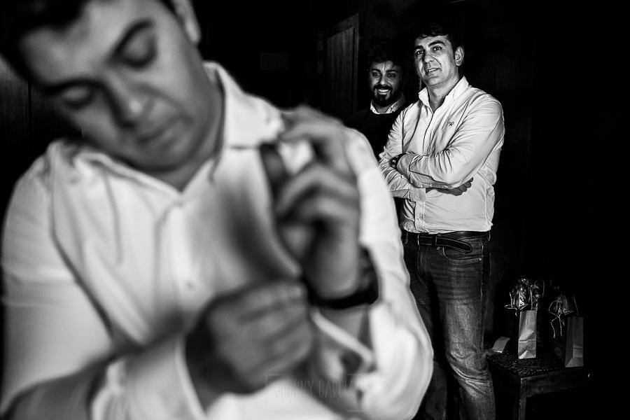 Boda en Arroyomolinos de la Vera de Tamara y David realizada por el fotógrafo de bodas en Cáceres Johnny García, los hermanos de David le observan mientras se viste