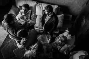 Boda en Arroyomolinos de la Vera de Tamara y David realizada por el fotógrafo de bodas en Cáceres Johnny García, David se viste junto a sus amigos