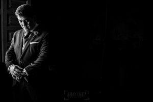 Boda en Arroyomolinos de la Vera de Tamara y David realizada por el fotógrafo de bodas en Cáceres Johnny García, David en un momento antes de salir hacia la ceremonia