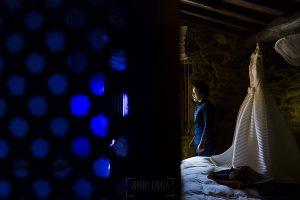Boda en Arroyomolinos de la Vera de Tamara y David realizada por el fotógrafo de bodas en Cáceres Johnny García, Tamara llega a su habitación para empezar a prepararse