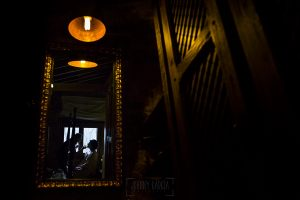 Boda en Arroyomolinos de la Vera de Tamara y David realizada por el fotógrafo de bodas en Cáceres Johnny García, un reflejo en un espejo mientras Tamara se Maquilla