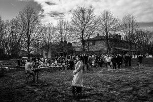 Boda en Arroyomolinos de la Vera de Tamara y David realizada por el fotógrafo de bodas en Cáceres Johnny García, los invitados esperan en el jardín del Hotel Peña del Alba donde se oficiará la ceremonia