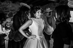 Boda en Arroyomolinos de la Vera de Tamara y David realizada por el fotógrafo de bodas en Cáceres Johnny García, Tamara junto a sus amigas vistiéndose
