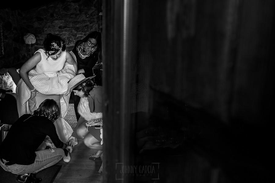 Boda en Arroyomolinos de la Vera de Tamara y David realizada por el fotógrafo de bodas en Cáceres Johnny García, las amigas de Tamara la ayudan con los complementos