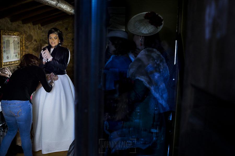 Boda en Arroyomolinos de la Vera de Tamara y David realizada por el fotógrafo de bodas en Cáceres Johnny García, Tamara termina de prepararse.