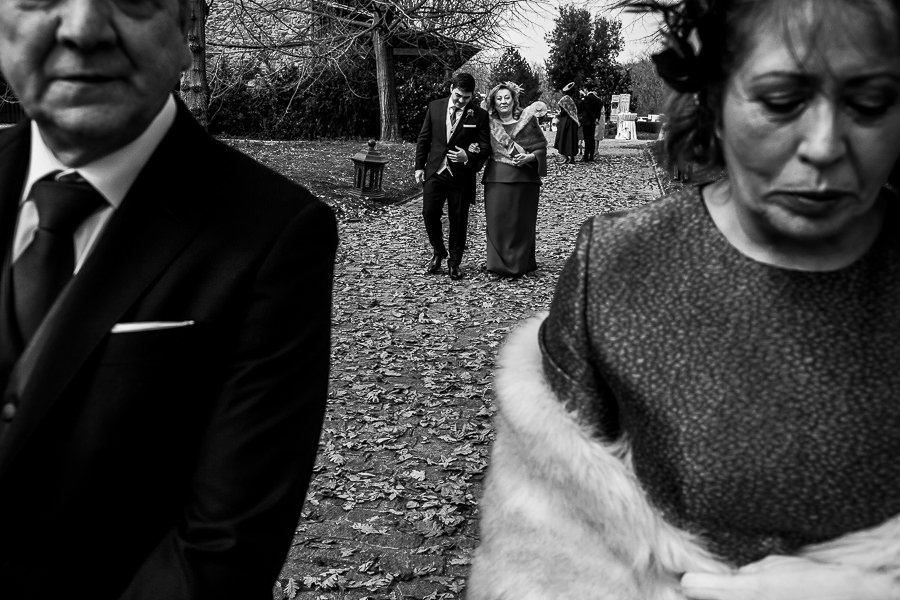 Boda en Arroyomolinos de la Vera de Tamara y David realizada por el fotógrafo de bodas en Cáceres Johnny García, David llega a la ceremonia del brazo de su madre