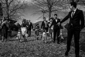Boda en Arroyomolinos de la Vera de Tamara y David realizada por el fotógrafo de bodas en Cáceres Johnny García, Tamara llega a la ceremonia del brazo de su padre