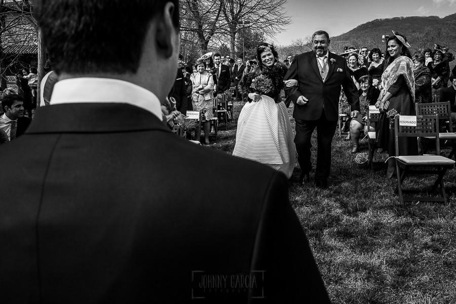 Boda en Arroyomolinos de la Vera de Tamara y David realizada por el fotógrafo de bodas en Cáceres Johnny García, Tamara se aproxima a David del brazo del padrino