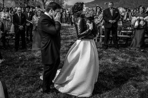 Boda en Arroyomolinos de la Vera de Tamara y David realizada por el fotógrafo de bodas en Cáceres Johnny García, David emocionado al ver a Tamara