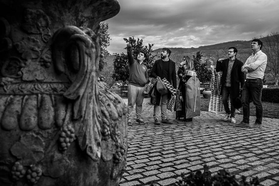 Boda en Arroyomolinos de la Vera de Tamara y David realizada por el fotógrafo de bodas en Cáceres Johnny García, David recibe a invitados y familiares
