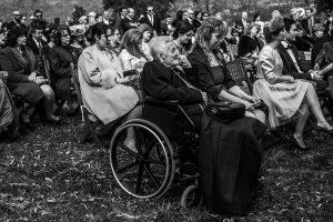 Boda en Arroyomolinos de la Vera de Tamara y David realizada por el fotógrafo de bodas en Cáceres Johnny García, la abuela de David escucha la ceremonia