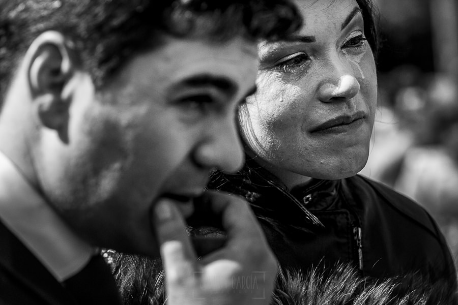 Boda en Arroyomolinos de la Vera de Tamara y David realizada por el fotógrafo de bodas en Cáceres Johnny García, Tamara emocionada al escuchar una lectura