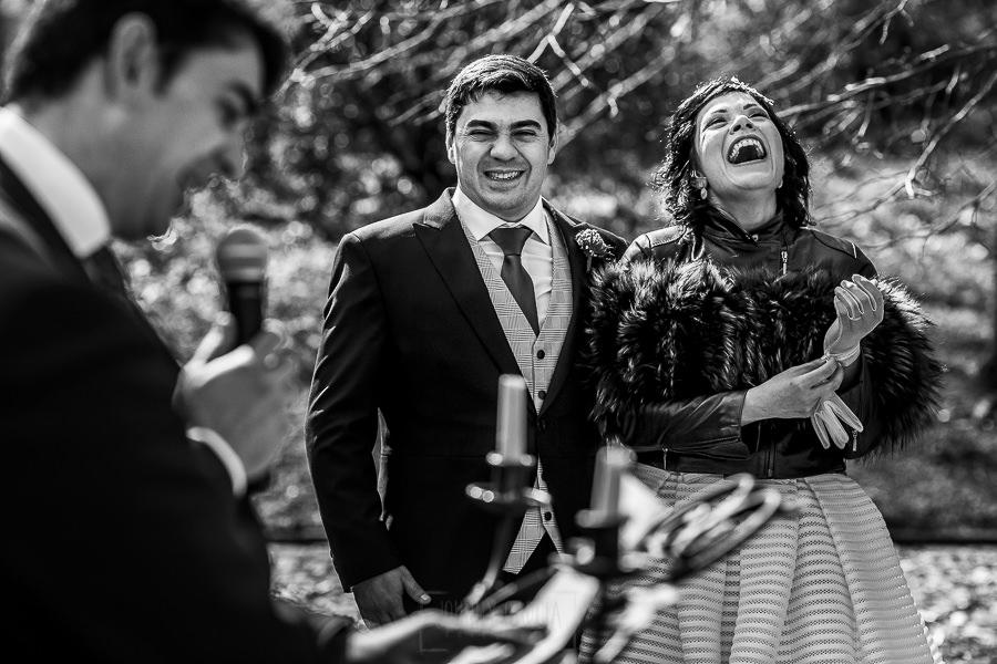 Boda en Arroyomolinos de la Vera de Tamara y David realizada por el fotógrafo de bodas en Cáceres Johnny García, la pareja escucha el discurso del hermano de David
