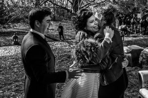 Boda en Arroyomolinos de la Vera de Tamara y David realizada por el fotógrafo de bodas en Cáceres Johnny García, la parejaabraza a una amiga de Tamara
