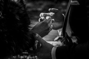 Boda en Arroyomolinos de la Vera de Tamara y David realizada por el fotógrafo de bodas en Cáceres Johnny García, detalle de las manos de los novios en el momento de los anillos