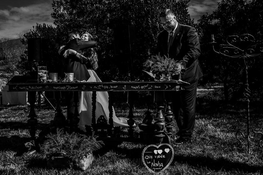 """Boda en Arroyomolinos de la Vera de Tamara y David realizada por el fotógrafo de bodas en Cáceres Johnny García, Los novios se abrazan al decirse el """"Si, quiero"""""""