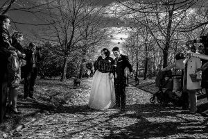 Boda en Arroyomolinos de la Vera de Tamara y David realizada por el fotógrafo de bodas en Cáceres Johnny García, los invitados lanzan arroz a los novios