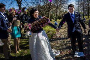 Boda en Arroyomolinos de la Vera de Tamara y David realizada por el fotógrafo de bodas en Cáceres Johnny García, los novios salen sonrientes de la ceremonia