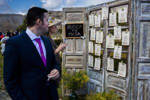Boda en Arroyomolinos de la Vera de Tamara y David realizada por el fotógrafo de bodas en Cáceres Johnny García, un detalle del hotel para organizar las mesas de los invitados