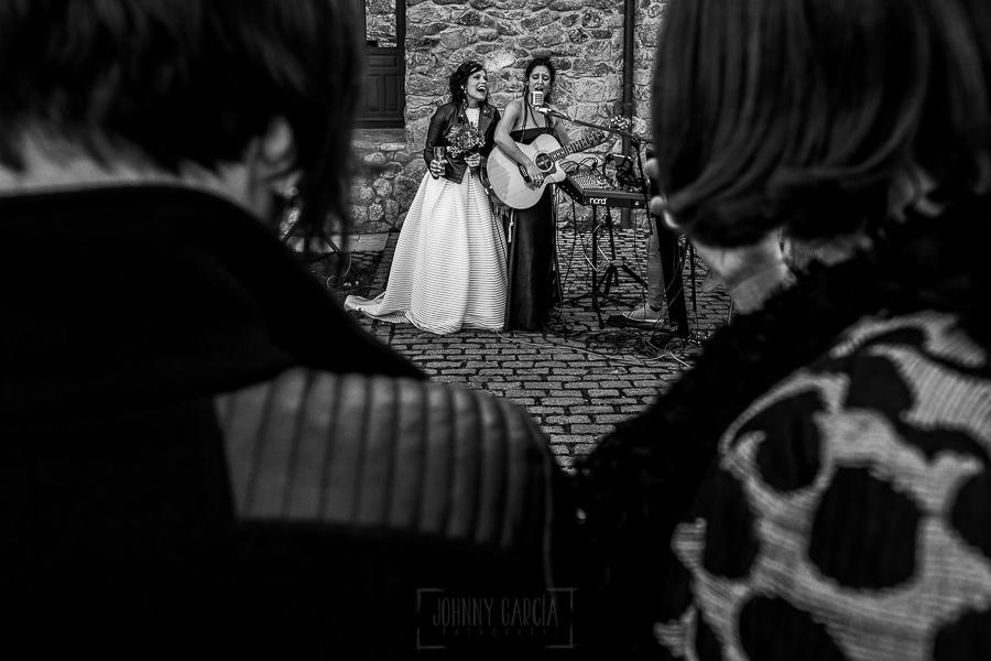 Boda en Arroyomolinos de la Vera de Tamara y David realizada por el fotógrafo de bodas en Cáceres Johnny García, la novia canta junto a una amiga