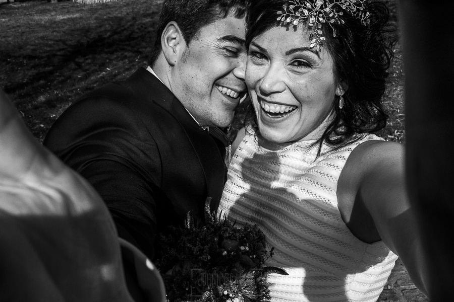 Boda en Arroyomolinos de la Vera de Tamara y David realizada por el fotógrafo de bodas en Cáceres Johnny García, la pareja se hace un selfie