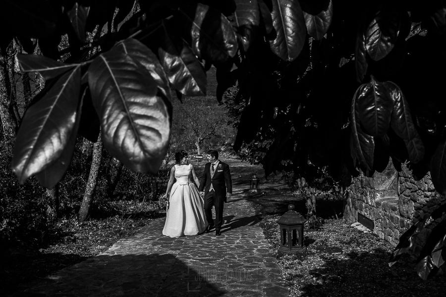 Boda en Arroyomolinos de la Vera de Tamara y David realizada por el fotógrafo de bodas en Cáceres Johnny García, Tamara y David van hacia el banquete