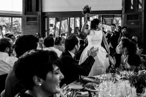 Boda en Arroyomolinos de la Vera de Tamara y David realizada por el fotógrafo de bodas en Cáceres Johnny García, la pareja entra al banquete