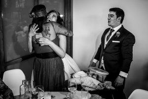 Boda en Arroyomolinos de la Vera de Tamara y David realizada por el fotógrafo de bodas en Cáceres Johnny García, los novios regalan un ramo a la hermana de tamara
