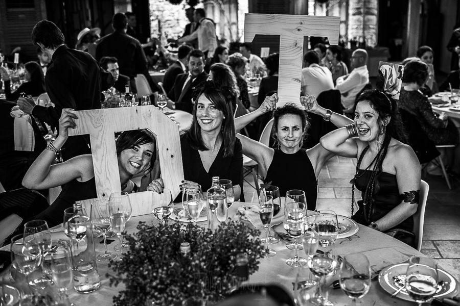 Boda en Arroyomolinos de la Vera de Tamara y David realizada por el fotógrafo de bodas en Cáceres Johnny García, las amigas de Tamara posan para la foto