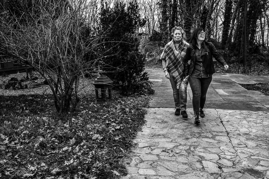 Boda en Arroyomolinos de la Vera de Tamara y David realizada por el fotógrafo de bodas en Cáceres Johnny García, Tamara pasea junto a su madre