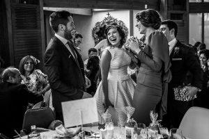 Boda en Arroyomolinos de la Vera de Tamara y David realizada por el fotógrafo de bodas en Cáceres Johnny García, los novios entregan regalos a los invitados