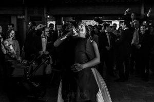 Boda en Arroyomolinos de la Vera de Tamara y David realizada por el fotógrafo de bodas en Cáceres Johnny García, la pareja baila al son de la música
