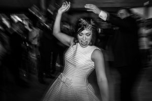 Boda en Arroyomolinos de la Vera de Tamara y David realizada por el fotógrafo de bodas en Cáceres Johnny García, Tarama baila